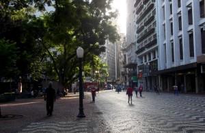Rua da Praia, altura da Praça da Alfândega, trecho que a Prefeitura pretende abrir para passagem de veículos.