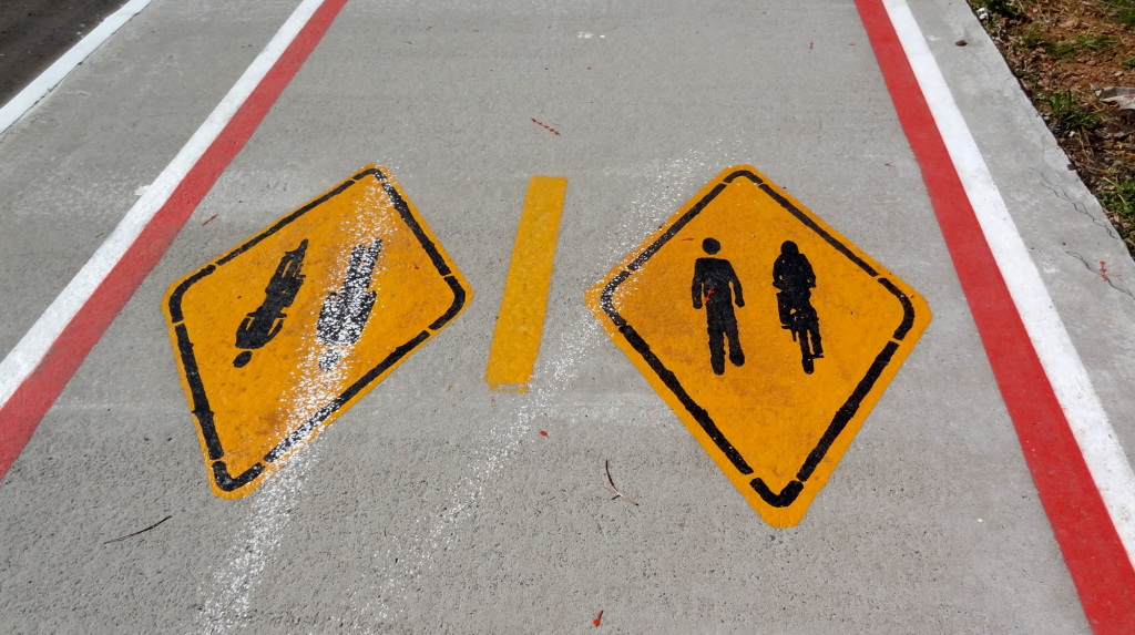 Sinalização alerta que espaço deve ser compartilhado entre pedestres e ciclistas.