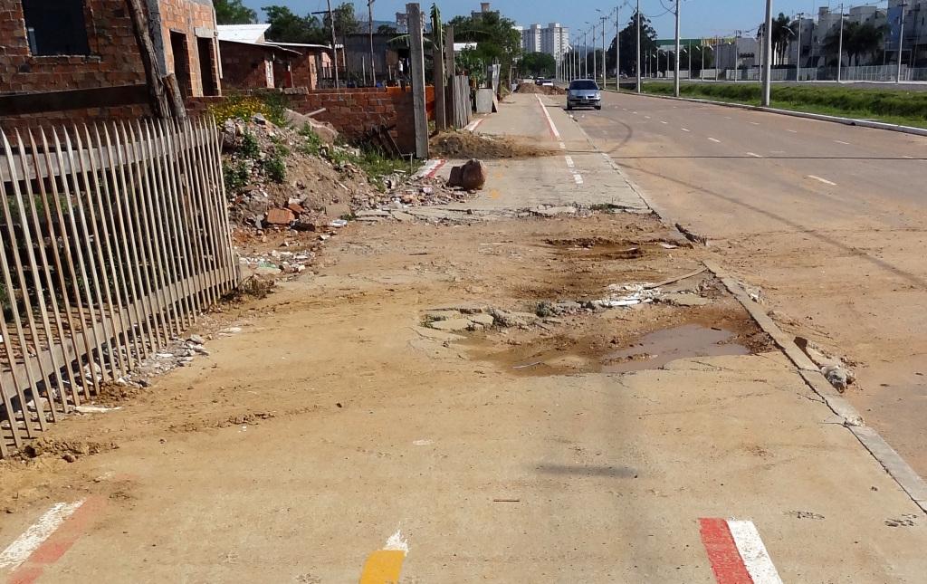 Parte do passeio já se encontra completamente destruido.
