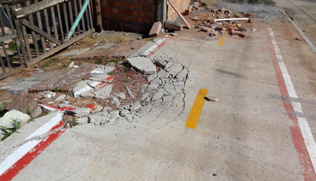 Concreto já está quebrado em diversos pontos do passeio.